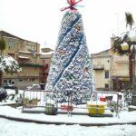 L'albero di Natale ecologico con le bottiglie a Baucina
